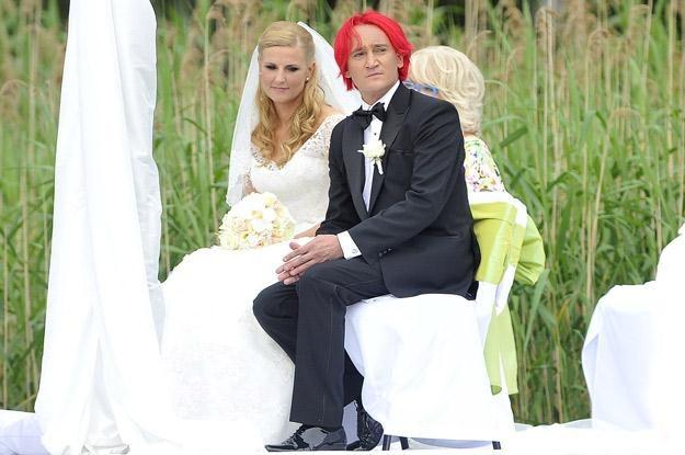 Dominika Tajner i Michał Wiśniewski podczas ślubu na Mazurach /AKPA