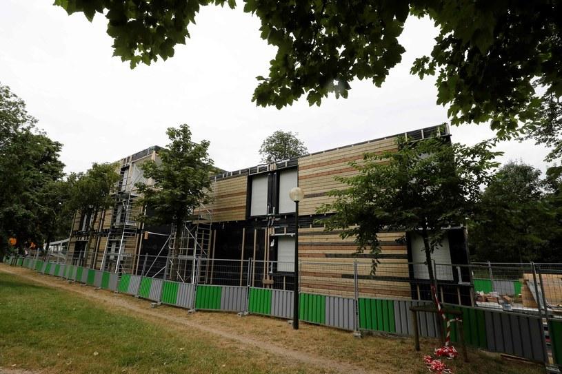 Domki są zbudowane z drewnianych segmentów /AFP