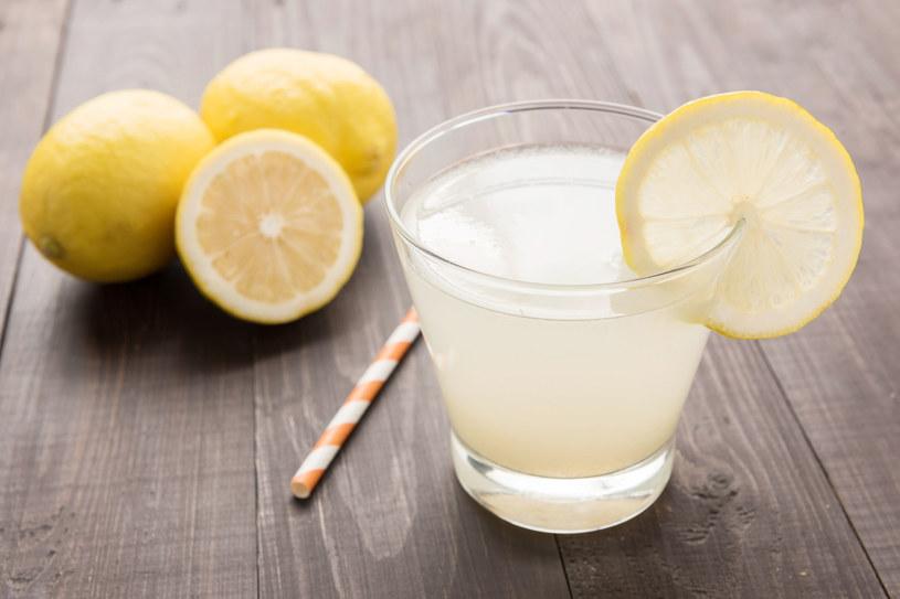 Domowa lemoniada, konkurencja dla owocowych kompotów. Zdrowsza, jeśli zamiast cukru dodasz miód. /123RF/PICSEL