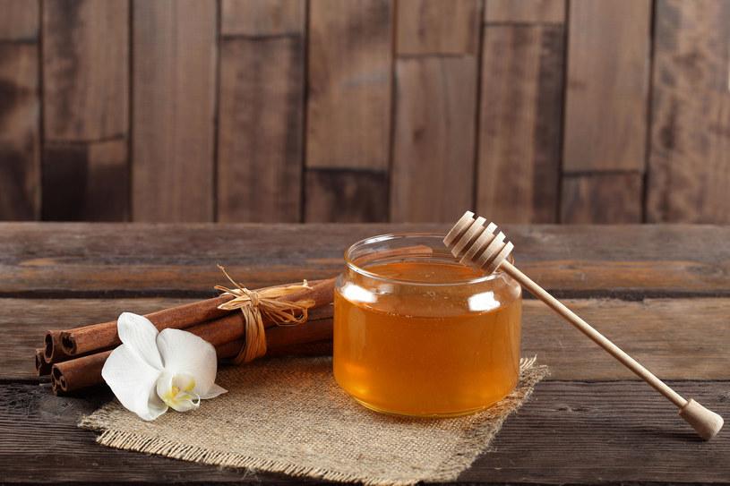 Domowa maseczka na bazie miodu i cynamonu pomoże w walce z zaskórnikami /123RF/PICSEL