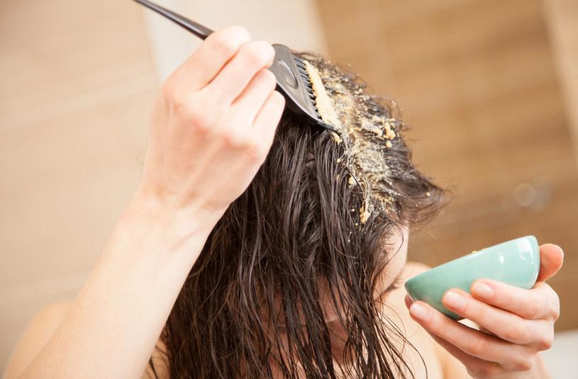 Domowa maseczka z łupin orzechów włoskich wzmacniająca włosy /123RF/PICSEL