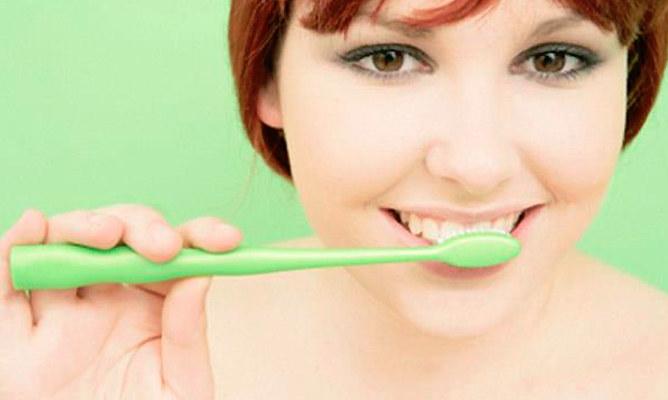 Domowa pasta do zębów /© Photogenica