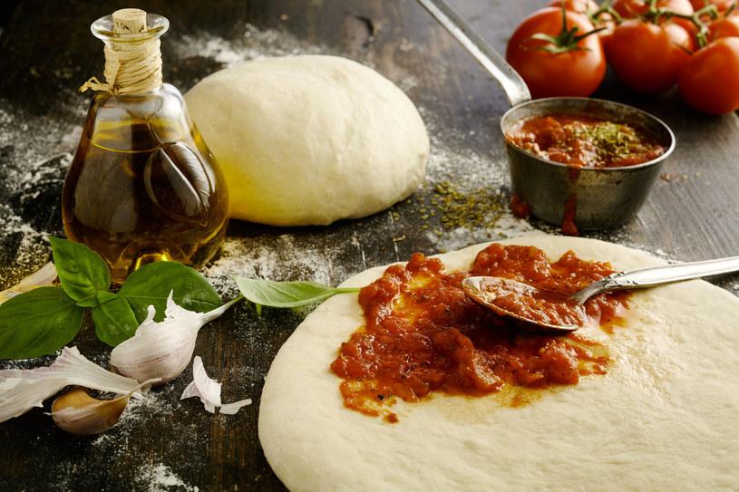 Domowa pizza nie musi niczym ustępować tej z pizzerii /123RF/PICSEL