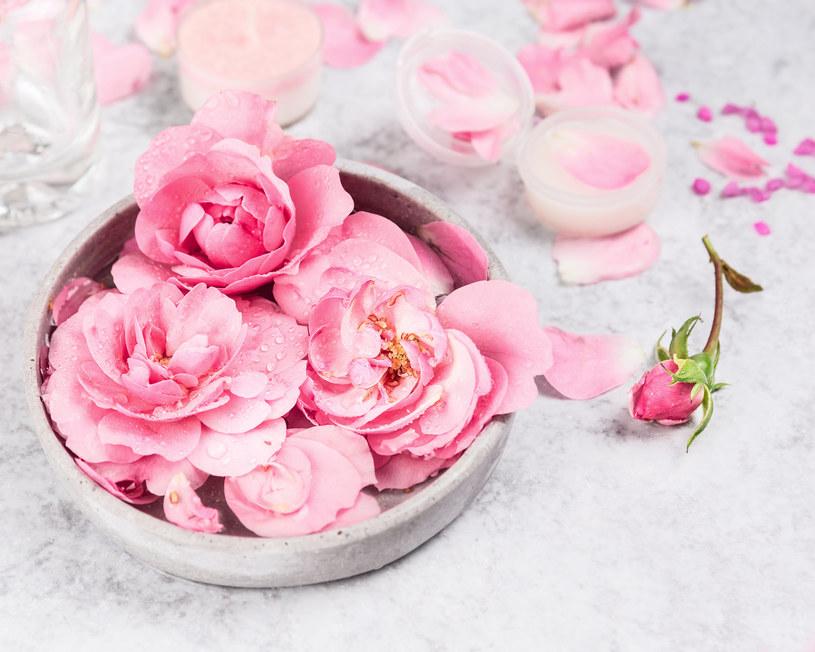 Domowa woda różana - poznaj jej właściwości /123RF/PICSEL