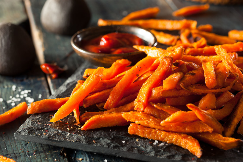 Domowe frytki z batatów to świetna alternatywa dla fast-foodów /123RF/PICSEL