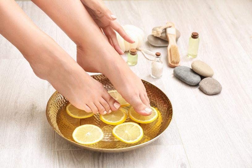 Domowe sposoby na żółte paznokcie: soda i cytryna /123RF/PICSEL
