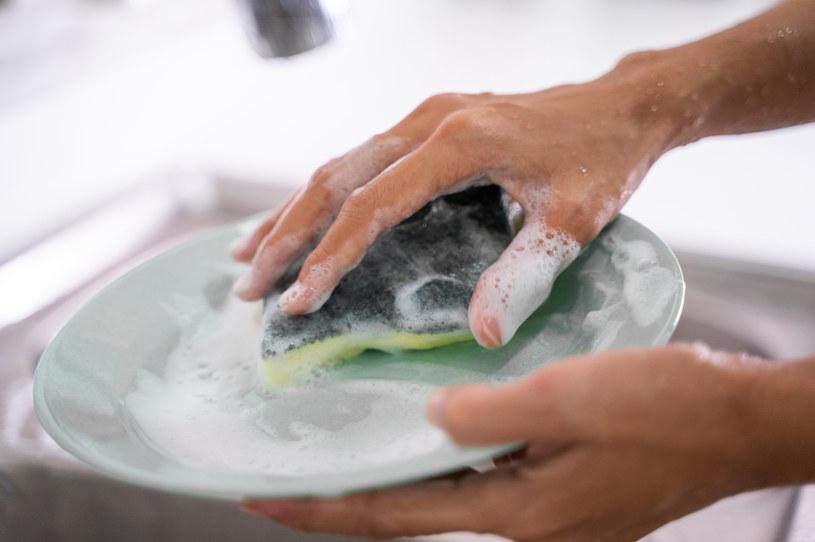 Domowej roboty płyn do naczyń jest nie tylko skuteczny, ale też bardzo wydajny /123RF/PICSEL