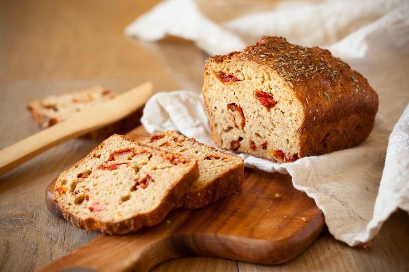Domowy chleb z suszonymi pomidorami przygotowany na zakwasie /123RF/PICSEL