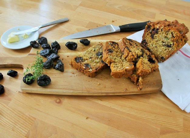 Domowy chlebek ze śliwką kalifornijską /Picsel /123RF/PICSEL
