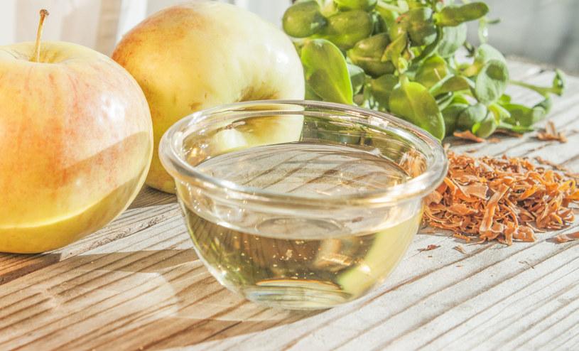 Domowy kosmetyk z octem jabłkowym poprawi stan twoich włosów /123RF/PICSEL