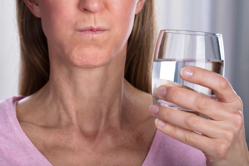 Domowy płyn do płukania ust: Woda, sól i soda