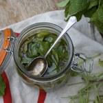 Domowy sposób na ból gardła i kaszel z miodu i szałwii