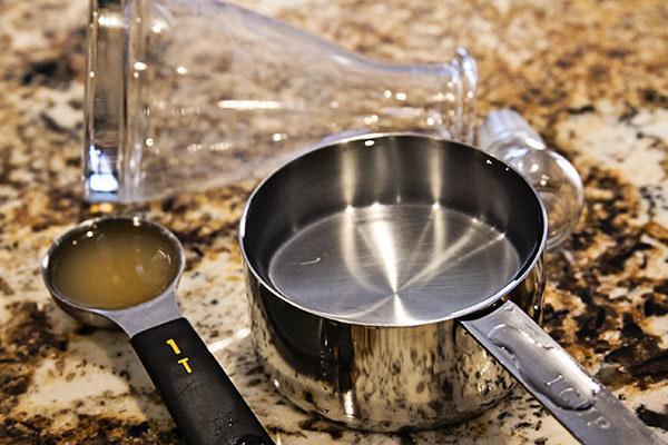 Domowy sposób na czyste garnki /© Photogenica