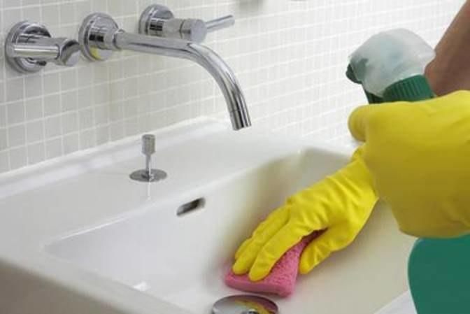 Domowy środek do czyszczenia umywalki /© Photogenica