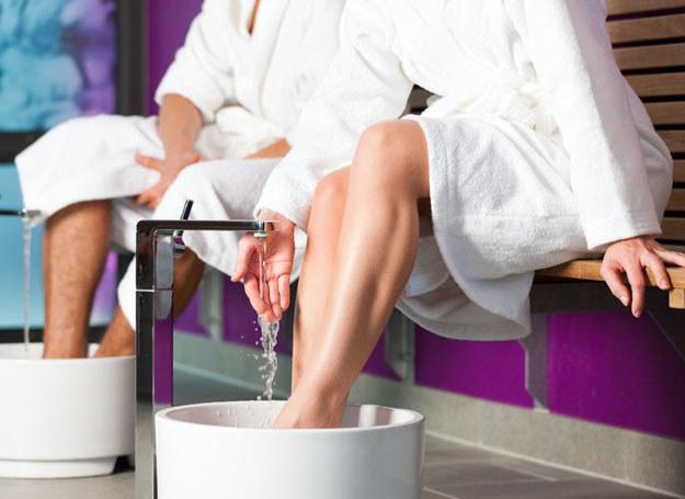 Domowym sposobem na doraźne pozbycie się obrzęków jest kąpiel nóg w letniej wodzie /123RF/PICSEL