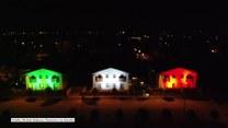 Domy podświetlone w kolorach włoskiej flagi. Solidarność z objętymi kwarantanną