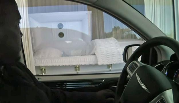 Domy pogrzebowe z drive thru pozwalają na chwilę kontemplacji nad ciałem zmarłego, bez konieczności wysiadania z samochodu /