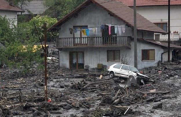 Domy zostały zmyte przez wodę lub zalane mułem /AFP