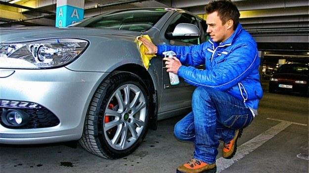 Domycia wykorzystywane są specjalne preparaty czyszczące, zawierające wosk i nadające poślizg. /Motor