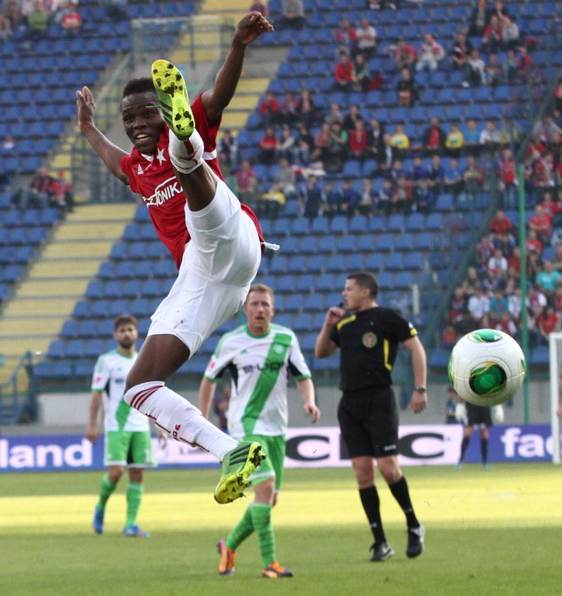 Donald Guerrier (C) z Wisły Kraków podczas meczu z VfL Wolfsburg /Jacek Bednarczyk /PAP
