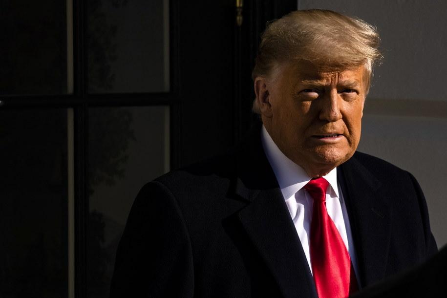Donald Trump opuszcza Biały Dom w drodze Texasu. To pierwsze publiczne pojawienie się amerykańskiego prezydenta od czasu szturmu jego zwolenników na Kapitol w ubiegłym tygodniu /SAMUEL CORUM / POOL /PAP/EPA
