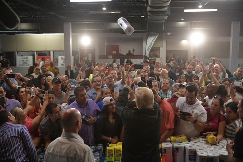 Donald Trump w czasie spotkania z mieszkańcami Portoryko /AFP