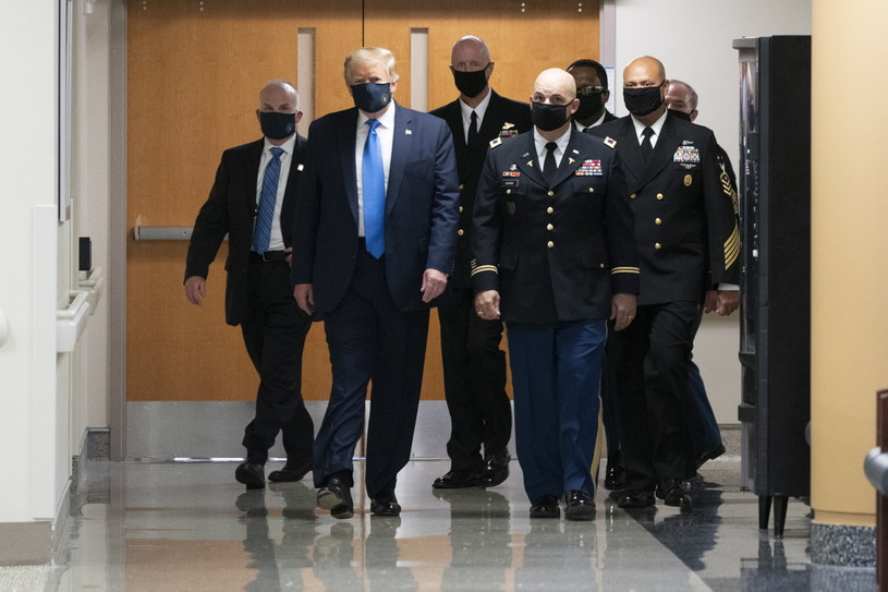 Donald Trump w drodze do szpitala /CHRIS KLEPONIS /PAP/EPA