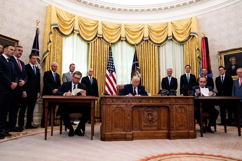 Donald Trump w Gabinecie Owalnym przed spotkaniem z prezydentem Serbii Aleksandarem Vucziciem i premierem Kosowa Avdullahem Hotim / Anna Moneymaker / POOL /PAP/EPA