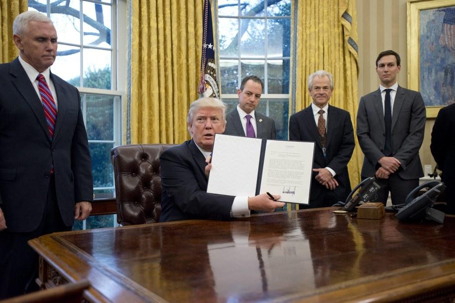 Donald Trump w otoczeniu swoich współpracowników /Ron Sachs    /PAP/EPA