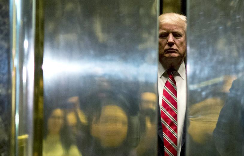 Donald Trump w windzie Trump Tower podczas rozmów dot. stanowisk w nowej administracji, styczeń 2017 /DOMINICK REUTER /AFP