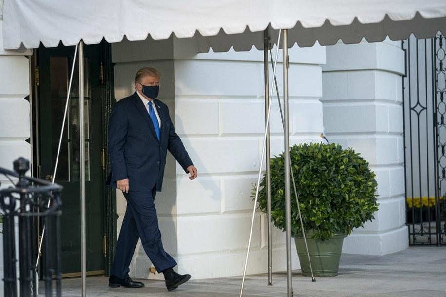 Donald Trump wychodzi z Białego Domu, by wsiąść na pokład śmigłowca, który odwiezie go do szpitala /SARAH SILBIGER / POOL /PAP/EPA