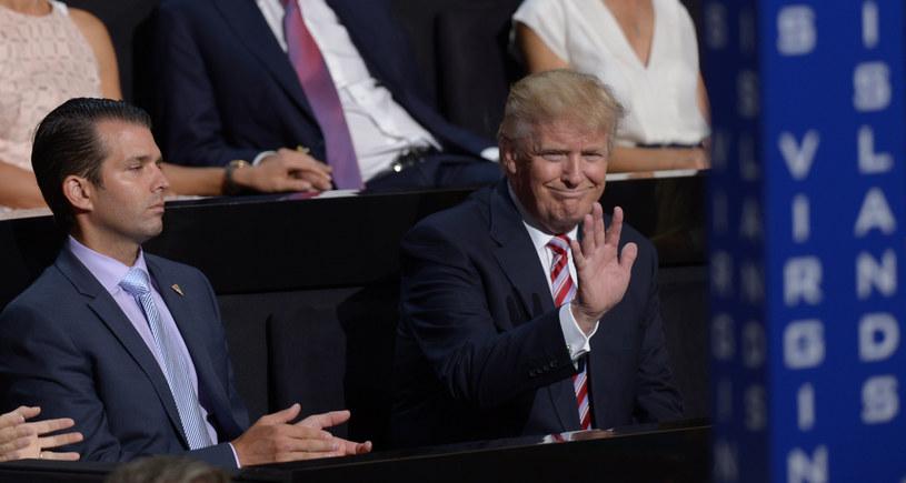 Donald Trump - z lewej młodszy, z prawej starszy, który walczy o fotel prezydenta USA /BRENDAN SMIALOWSKI / AFP /AFP