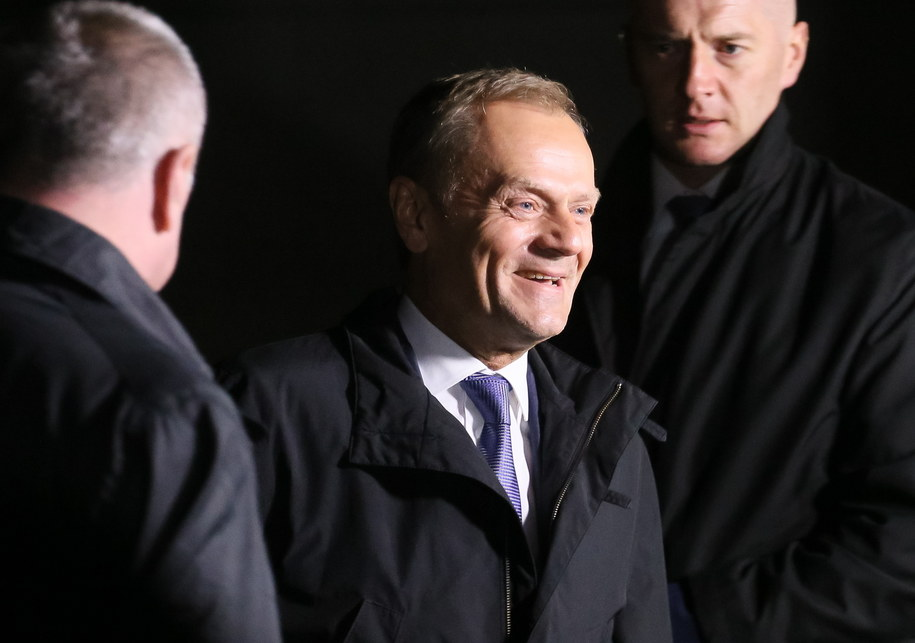Donald Tusk (C) po wyjściu z wydziału ds. wojskowych Prokuratury Okręgowej w Warszawie /Paweł Supernak /PAP