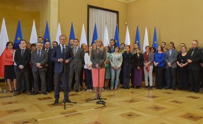 Donald Tusk i Elżbieta Bieńkowska na konferencji promującej rocznicowy spot /PAP/Radek Pietruszka    /PAP