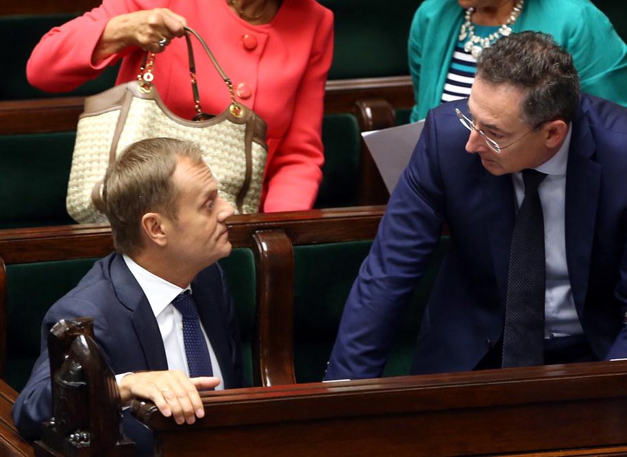 Donald Tusk i minister spraw wewnetrznych Bartłomiej Sienkiewicz /Tomasz Gzell /PAP