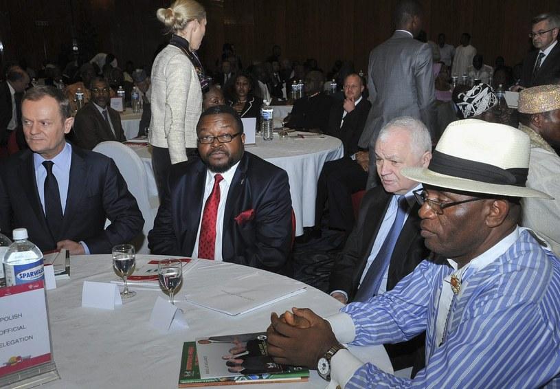 Donald Tusk, John Godson i Jan Krzysztof Bielecki w Nigerii /Deji Yake  /PAP/EPA
