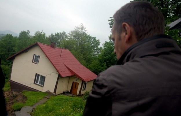 Donald Tusk na dotkniętych przez powódź terenach / fot. M. Lasyk /Reporter
