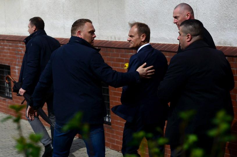 Donald Tusk przed wejściem do budynku wydziału ds. wojskowych Prokuratury Okręgowej w Warszawie /Jakub Kamiński   /PAP