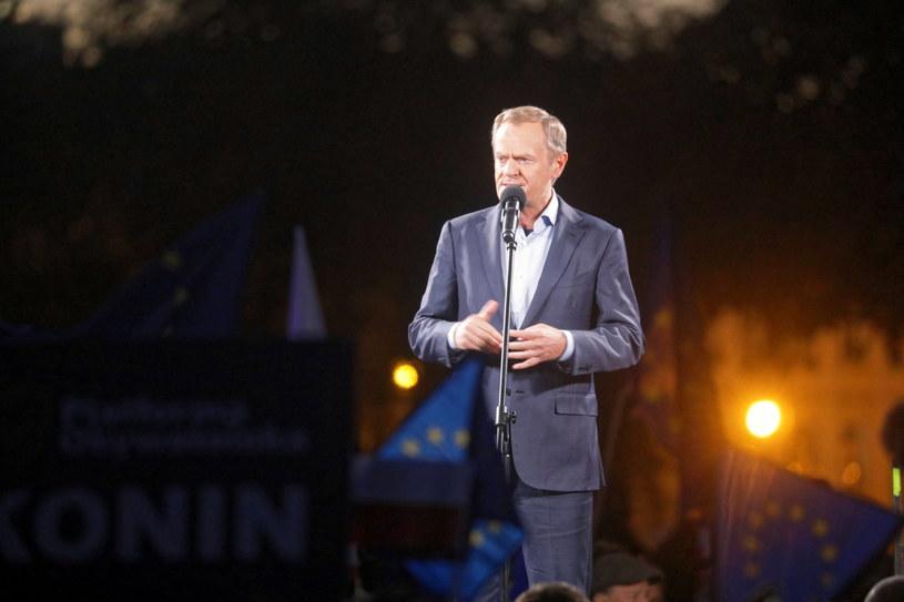 Donald Tusk przemawia do protestujących na placu Zamkowym w Warszawie /Albert Zawada /PAP