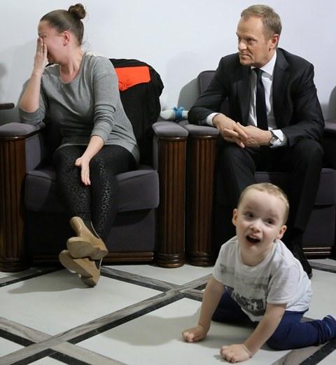 Donald Tusk w trakcie spotkania z rodzicami niepełnosprawnych dzieci /Paweł Supernak /PAP