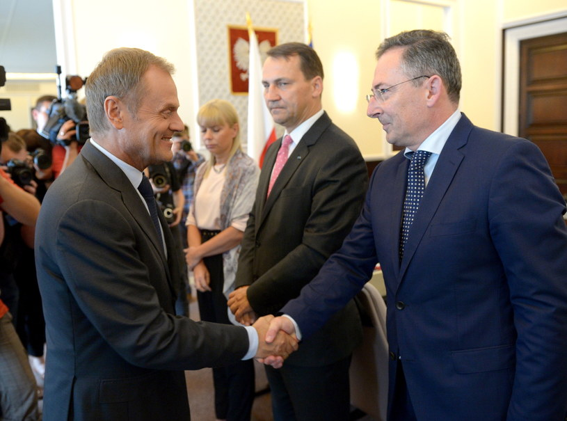 Donald Tusk wita się z Bartłomiejem Sienkiewiczem /Radek Pietruszka /PAP