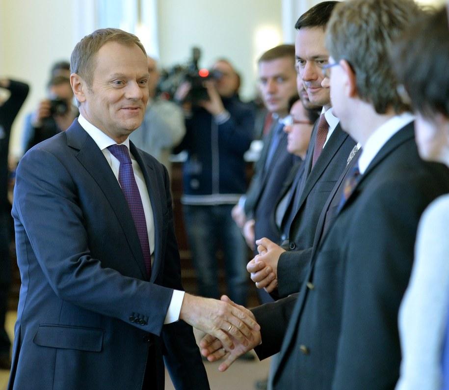 Donald Tusk wita się z ministrami przed posiedzeniem rządu /PAP/Radek Pietruszka    /PAP