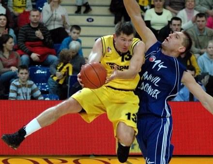 Donatas Slanina (z piłką) rozegrał bardzo dobry mecz/Fot: Mariusz Kraczaniec /Agencja Przegląd Sportowy