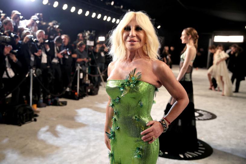Donatella Versace ma obecnie 66 lat. Jak wyglądała, gdy rozpoczynała karierę w modzie u boku brata Gianniego? / Rich Fury/VF20 / Contributor /Getty Images