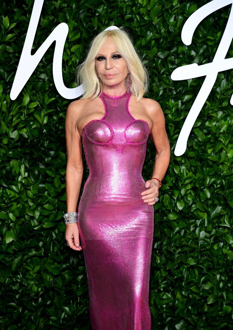 Donatella Versace miała na sobie różową, obcisłą sukienkę /Ian West/ Press Association /East News