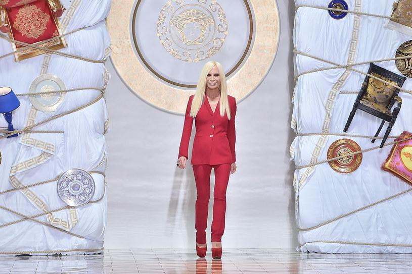 Donatella Versace od lat jest  wierna  swojemu  wizerunkowi. Za niemałą  cenę. /Getty Images