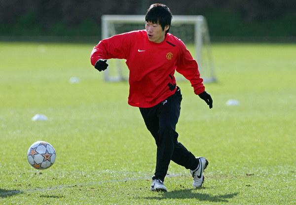 Dong Fangzhuo trafił do Legii, jako pierwszy Chińczyk w historii Ekstraklasy. Wiązano z nim duże nadzieje, bo miał za sobą występy w Manchesterze United /AFP