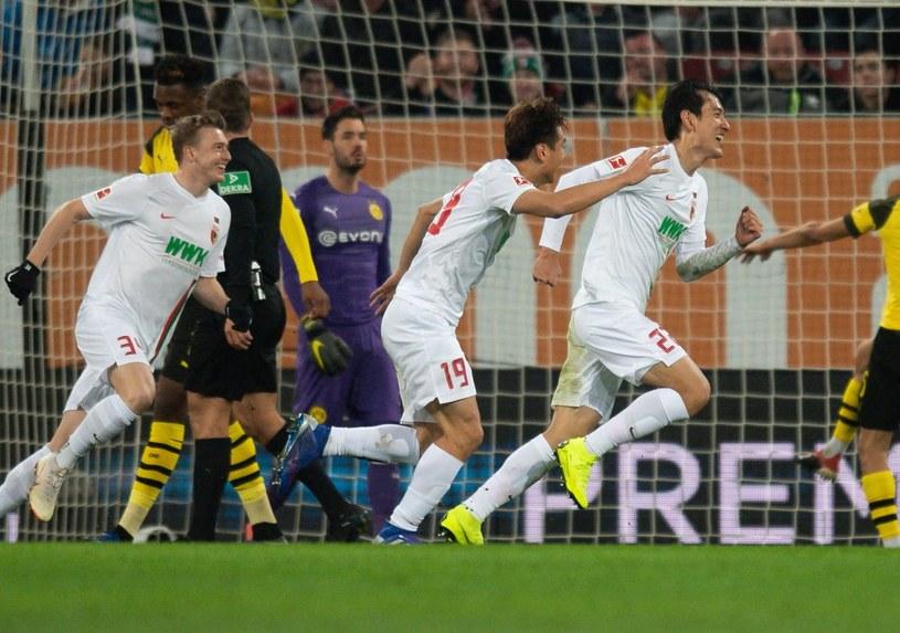 Dong-won Ji (z prawej) cieszy się z gola dla FC Augsburg /PAP/EPA