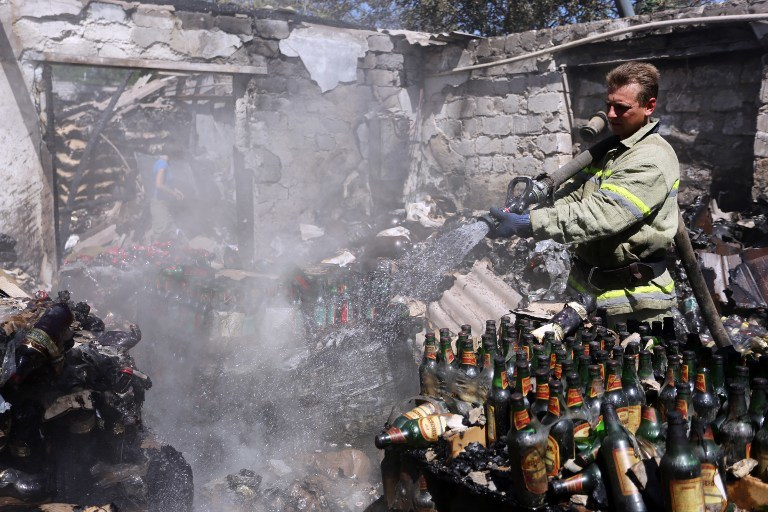 Donieck: Dogaszanie pożaru w składzie żywności po ostrej wymianie ognia między Ukraińcami a prorosyjskimi separatystami /ALEKSEY FILIPPOV / AFP /AFP