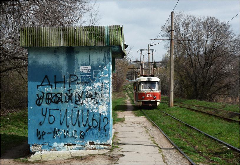 """Donieck. Tramwaj mija przystanek z napisem """"DRL - zabójcy"""" /Filip Faliński /Nowa Europa Wschodnia"""